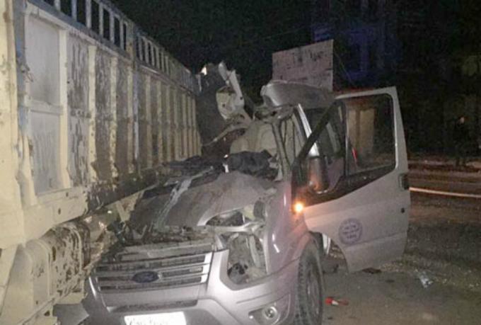 Xe 12 chỗ chở khách du lịch đâm vào xe tải đỗ ven đường. Ảnh:Nguyễn Cường