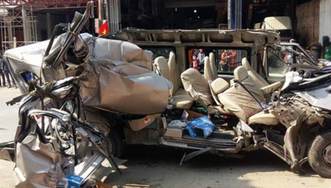 Chiếc xe bị bay phần nóc sau cú tông vào xe tải. Ảnh: Nguyễn Cường