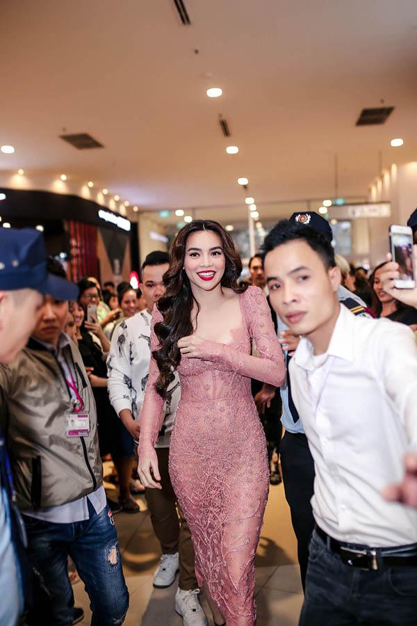 Xuất hiện trong buổi giới thiệu son môi mới, ca sĩ Hồ Ngọc Hà chọn mẫu váy xuyên thấusexy của Lý Quí Khánh để chưng diện. Trang phục tạo phom bó sát body, có cácchi tiết đính kết cầu kỳ trên nền vải trong suốt.