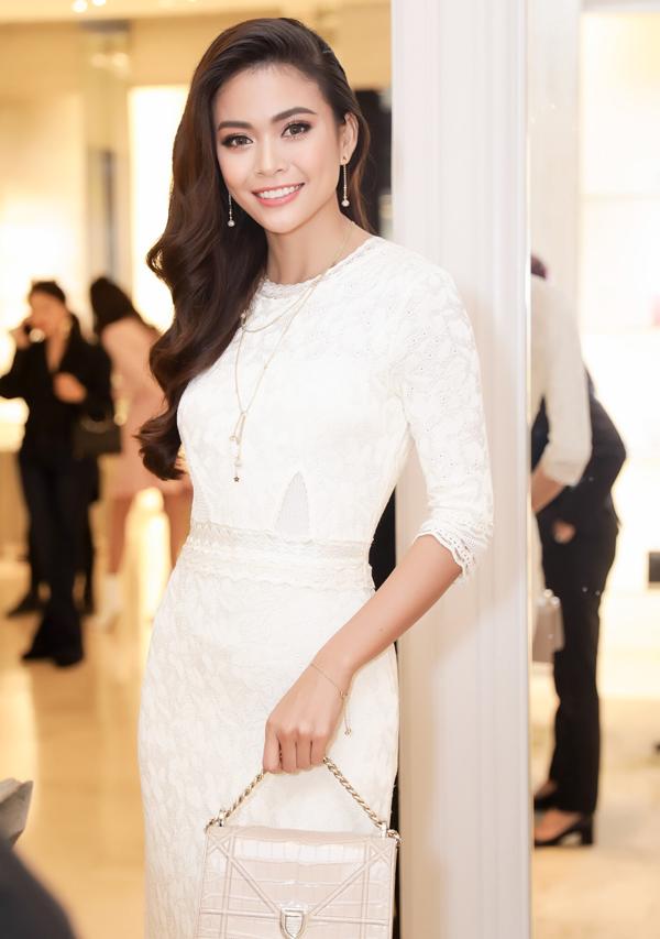 Á hậu Mâu Thanh Thủy khoe vẻ đẹp thanh lịch và hiện đại khi diện nguyên một cây hàng hiệu của Dior.