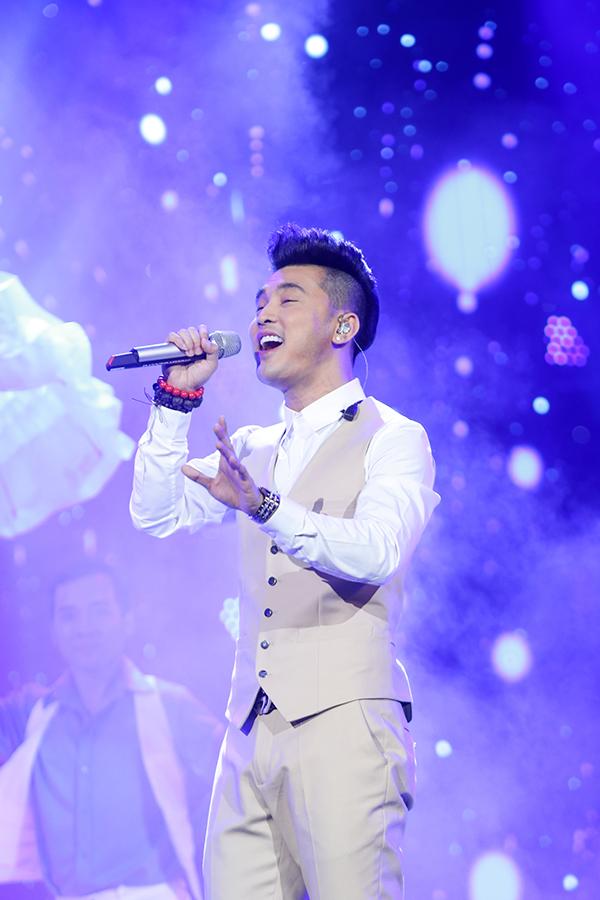 Người hâm mộ liên tục hát cùng Ưng Hoàng Phúc loạt hit đình đám trong liveshow - 2