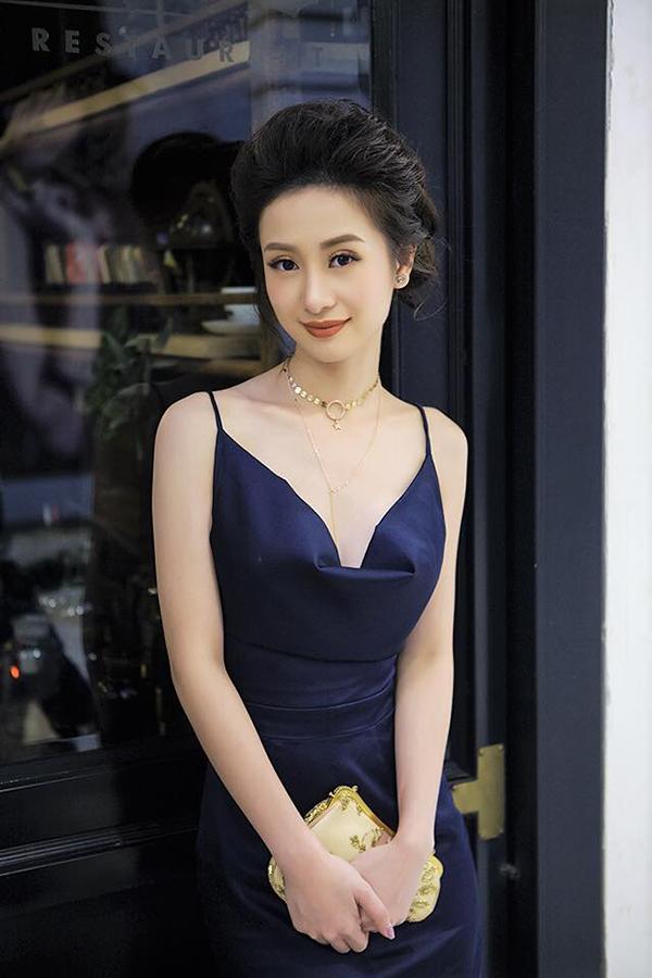Xuất hiện trong buổi công chiếu phim Tháng năm rực rỡ, diễn viên Jun Vũ khả ái và duyên dáng với thiết kế váy hai dây tôn làn da sáng.
