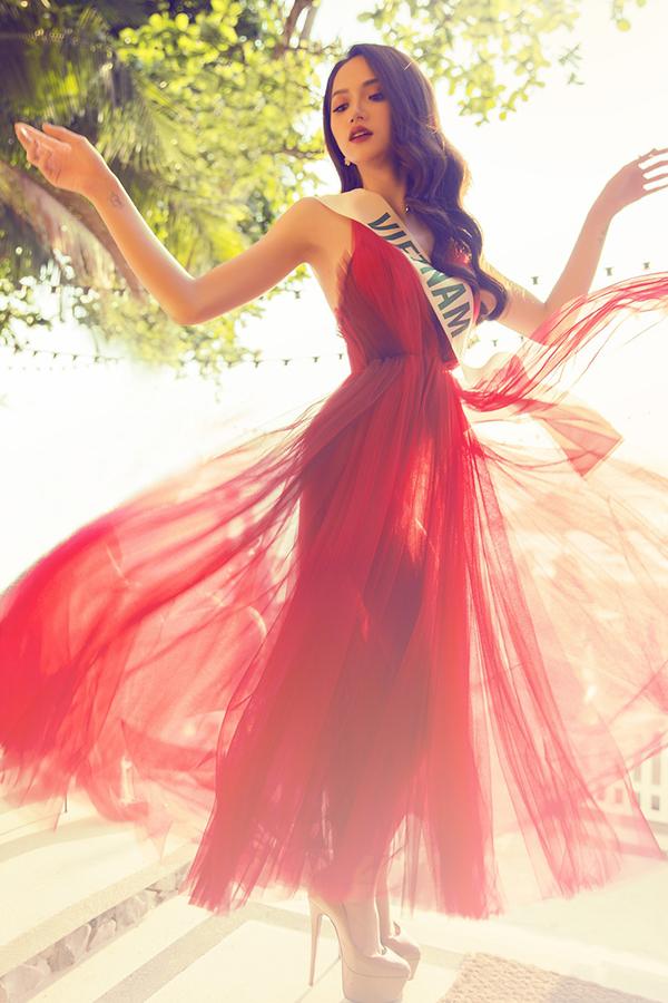 Váy tông màu đỏ tươi với chất liệu mỏng manh của nhà thiết kế Đỗ Mạnh Cường giúp Hương Giang nổi bật khi đi ghi hình tại Thái Lan.