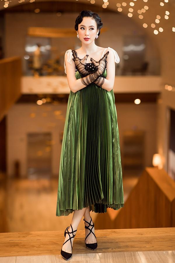 Trở lại lịch làm việc sau kỳ nghỉ Tết, Angela Phương Trinh chứng minh độ hot trên thảm đỏ với phong cách cổ điển cho lối trang điểm, macke-up. Thiết kế váy lụa xanh với từng đường xếp ly được thực hiện thủ công của Nguyễn Hoàng Tú giúp người đẹp thêm phần thu hút.