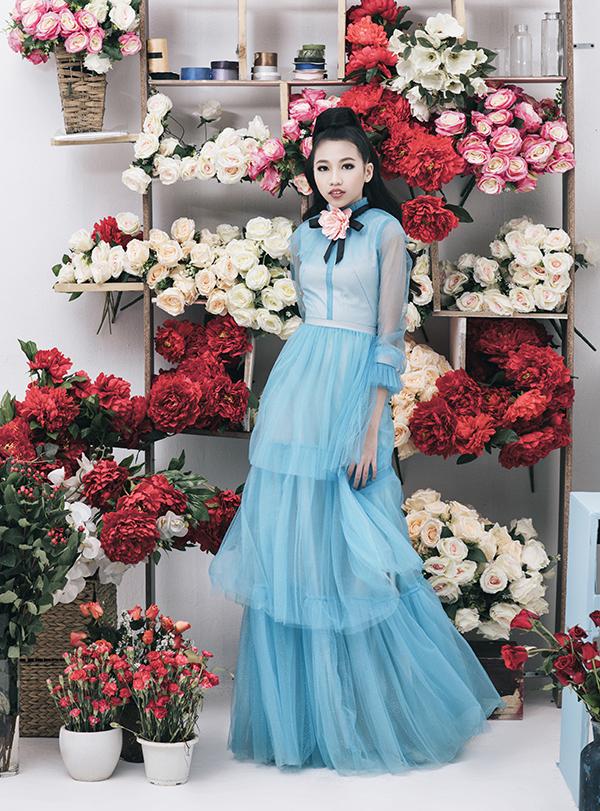 Trang phục dạ hội lộng lẫy với những sắc màu rực rỡ được chọn lựa để giúp mẫu nhí khoe dáng thanh lịch như những nàng công chúa trong cổ tích.