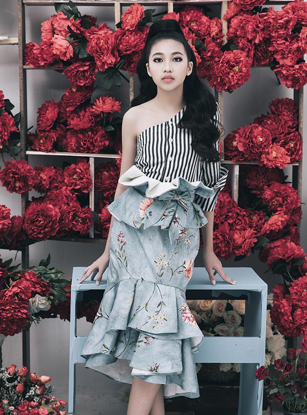 Cùng với các kiểu váy theo phong cách hiện đại, lối trang điểm và làm tóc cũng được chăm chút tỉ mỉ để giúp người mẫu nhí tạo nên ấn tượng trong từng shoot hình.