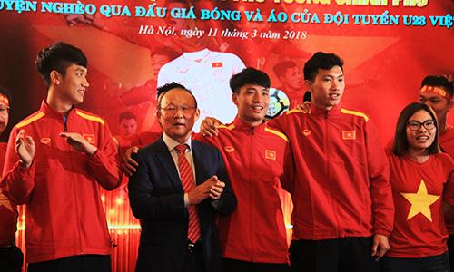 U23 Việt Nam tham gia trao tiền đấu giá bóng và áo cho người nghèo