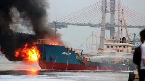 Tàu Hải Hà 18 chở 900 m3 xăng A92 bị cháy nổ trong khi cập cảng của Công ty xăng dầu quân đội khu vực 1, Hải Phòng. Ảnh: Giang Chinh