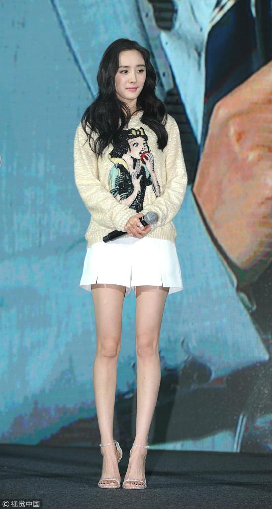 Bộ váy ngắn khiến Dương Mịchđể lộđôi chân gầy mảnh khảnh. Nhiều khán giả trênWeibo nhận xét rằng Dương Mịchép cân quáđà, trông cô quá thiếu sức sống.