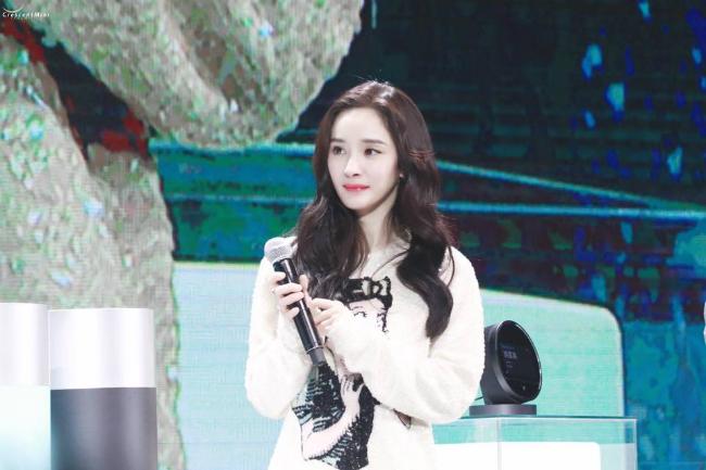 Dương Mịch tham dự sự kiện của Viomi tại Thượng Hải -đây là thương hiệu cô là gương mặtđại diện năm 2018. Trên sân khấu, nữ diễn viên mặc trang phục của Gucci,đi giày của hãngStuart Weitzman, tóc xoăn nhẹ trông xinh xắn,đáng yêu. Ngay từđầu năm, ngôi sao Hoa ngữđã có lịch trình dàyđặc, liên tục chạy show các sự kiện.