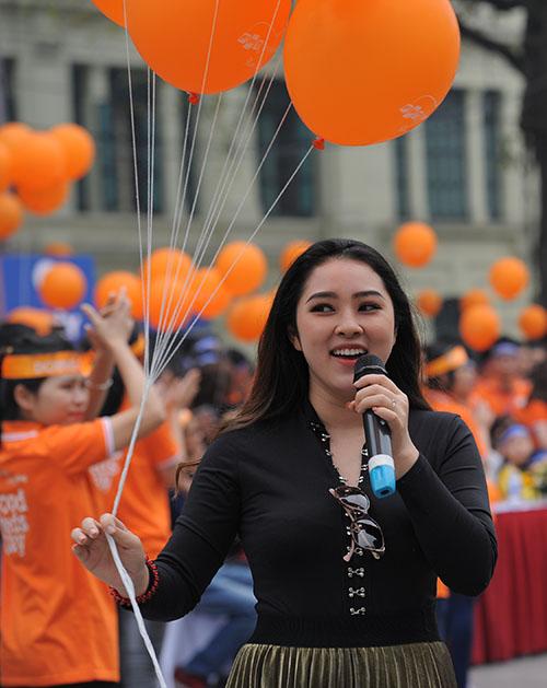 Ca sĩ Bảo Trâm góp mặt trong chương trình bằng hai ca khúc trẻ trung, lãng mạn. Cô diện váy xoè, đi giày bệt để thoải mái đi bộ suốt hành trình quanh hồ Hoàn Kiếm.