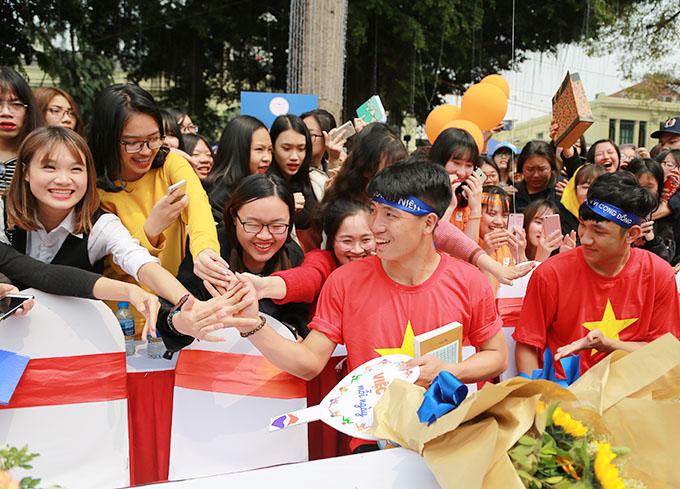 trung vệ U23 Bùi Tiến Dũng, Hậu vệ U23 Nguyễn Trọng Đại đã dành tặng 30 quả bóng đá có chữ ký cho các em thiếu nhi gặp trên hành trình đi bộ để lan tỏa niềm yêu thích bóng đá trong cộng đồng.
