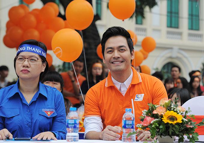 Sáng 11/3, MC Phan Anh vànhiều nghệ sĩ nổi tiếngcùng xuống đường tham gia hoạt động đi bộ vì cộng đồng, diễn ra tại tượng đài Lý Thái Tổ, Hà Nội.