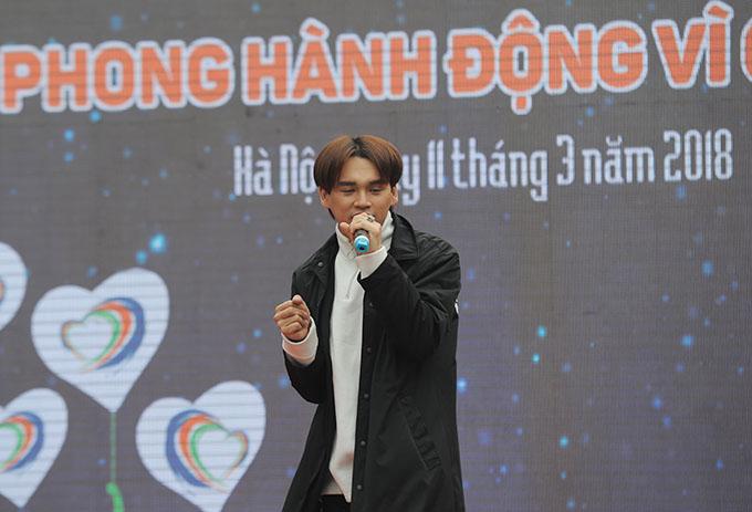 Ca sĩ Nguyễn Trần Trung Quân thể hiện ca khúc Ánh nắng của anhvà Trong trí nhớ của anh đang rất được yêu thích.