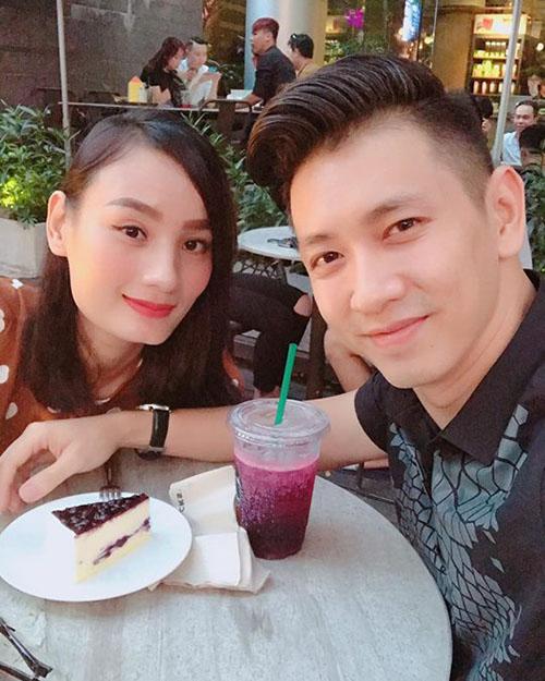 Lê Thuý cho biết: Lâu lắm mới hẹn hò cafe cuối tuần với anh người yêu.