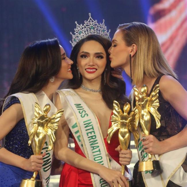 Ngườiđẹp Thái Lan (ngoài cùng bên trái) chúc mừng Hương Giang giành vương miện Hoa hậu.