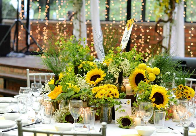 Bàn tiệc hình tròn được trang trí như một khu vườn rực rỡ.