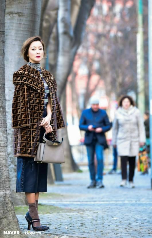 Kim Hee Sun trênđường phố Milan.