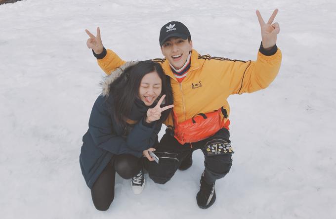 Thời tiết ở tỉnh Gangwon dao động từ -1 độ C đến 5 độ C nên cả hai mang theo rất nhiều quần áo dày để giữ ấm cơ thể.