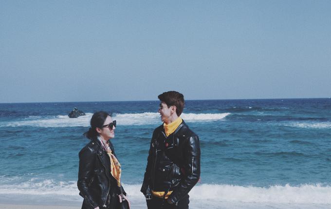 Cả hai cùng diện đồ ton sur ton, khoác tay nhau như tình nhân đi dạo trên bãi biển Anmok, nơi có con đường cà phê nổi tiếng với hàng chục quán cafe có view nhìn thẳng ra biển xanh biếc.