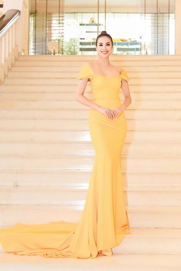 Phạm Hương búi tóc cao, tô son màu vàng cam khi dự sự kiện mới đây ở TP HCM.