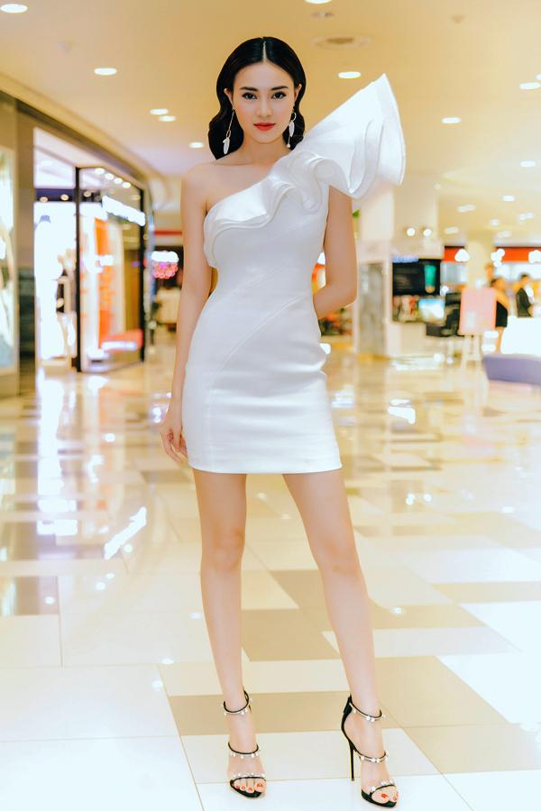 Lan Ngọc đi sự kiệnđầu tiên sau kỳ nghỉ Tết nguyên đán. Cô khoe chân thon, vai trần gợi cảm với bộ váy của nhà thiết kế Công Trí.