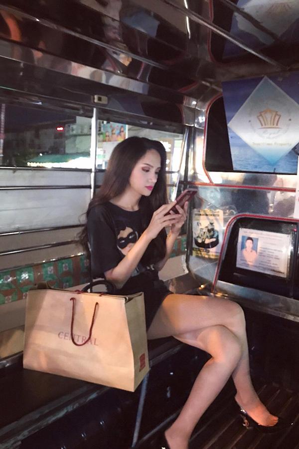 Dự kiến, Hương Giang sẽ ở lại Thái Lan từ một đến hai tuần. Cô tâm sự, đang rất nhớ nhà và đếm từng ngày được trở về Việt Nam để gặp gỡ mọi người.