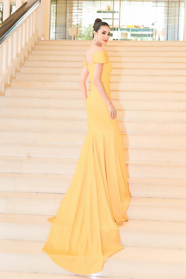 Hoa hậu Hoàn vũ Việt Nam 2015 diện đầm đuôi cá màu vàng nổi bật của nhà thiết kế Đỗ Long. Đây là nhà thiết kế thường được cô chọn trang phục để mặc trong những sự kiện gần đây.