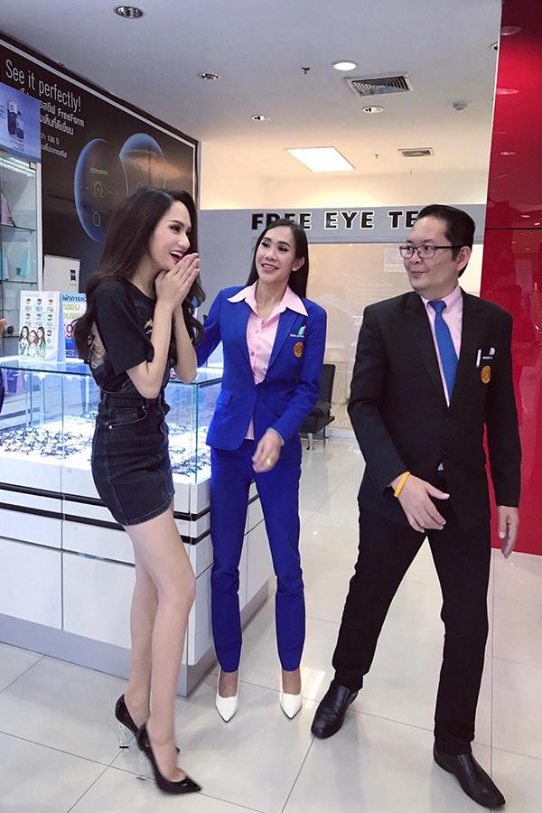 Điều bất ngờ là khi Hương Giang đang đi dạo ở khu thương mại, rất nhiều người dân Thái Lan và khách du lịch nhận ra tân Hoa hậu.