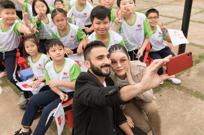 Ngài Trkmani Wissam - đại diện Hội đồng Olympic châu Á - mời Lý Nhã Kỳ và các em học sinh chụp ảnh wefie.