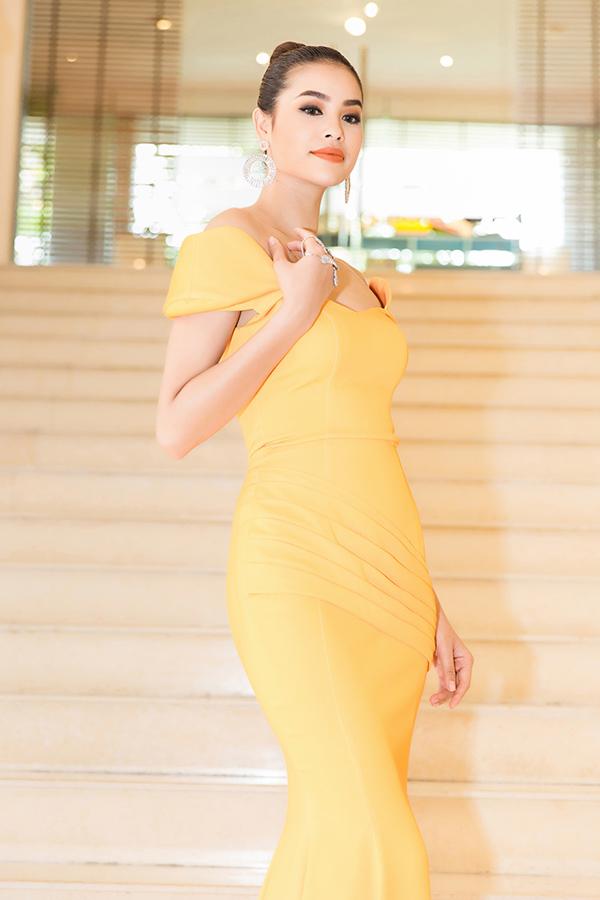 Hoa hậu tạo dáng khoe khéo vòng 1 đầy đặn và eo thon.