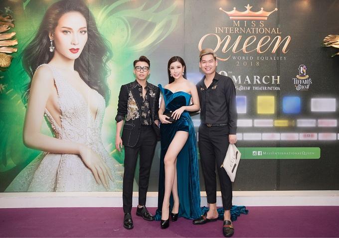Trong đêm đăng quang, đích thân Hoa hâu Lam Cúc, Stylist Hoàng Ku cùng nhiều sao Việt khác cũng có mặt tại Thái Lan để cổ vũ, chung vui và chụp hình lưu niệm cùng tân Hoa hậu Nguyễn Hương Giang.