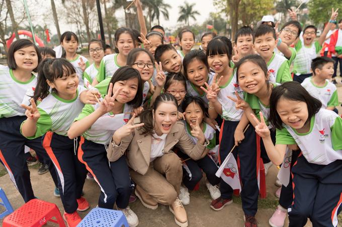 Lý Nhã Kỳ tươi cười đứng bán kem cho học sinh ở Bắc Ninh - 3