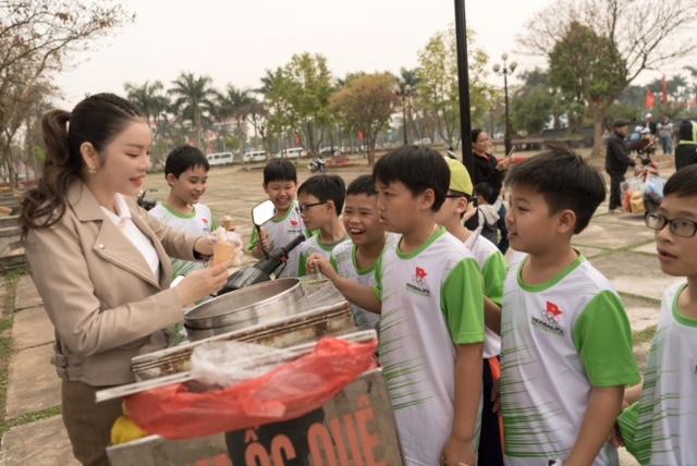 Lý Nhã Kỳ tươi cười đứng bán kem cho học sinh ở Bắc Ninh - 4