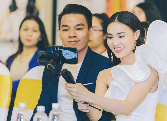 Lan Ngọc chụp ảnh sefie cùng họa sĩ Trần Thiện Sỹ - người nổi tiếng với tài vẽ chân dung các ngôi sao showbiz Việt.