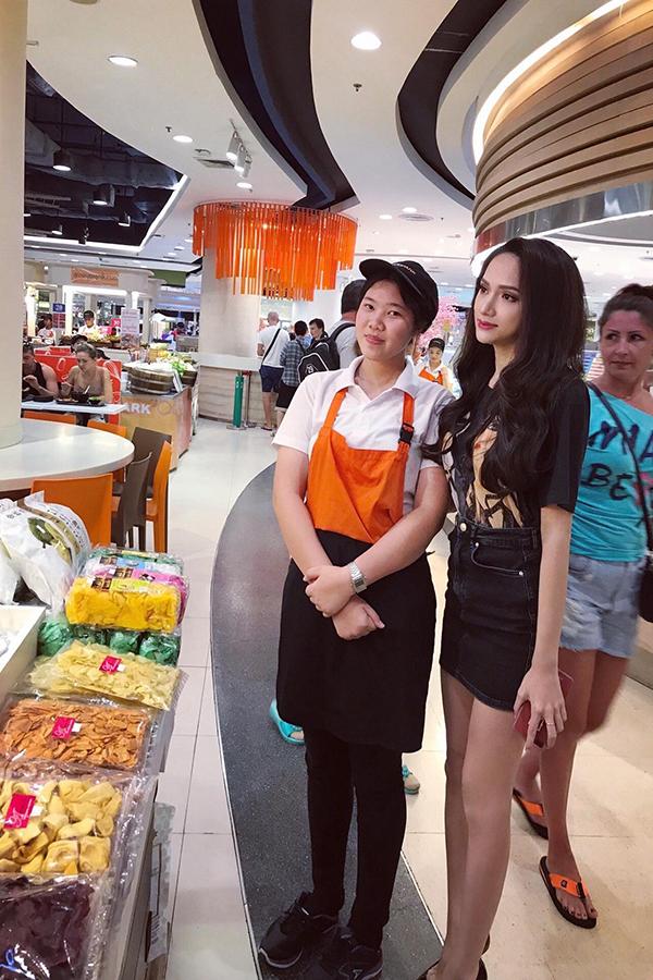 Sau đăng quang, Hương Giang ở lại thành phố Pattaya hai ngày để gặp gỡ ban tổ chức, quan chức và báo chí Thái Lan.