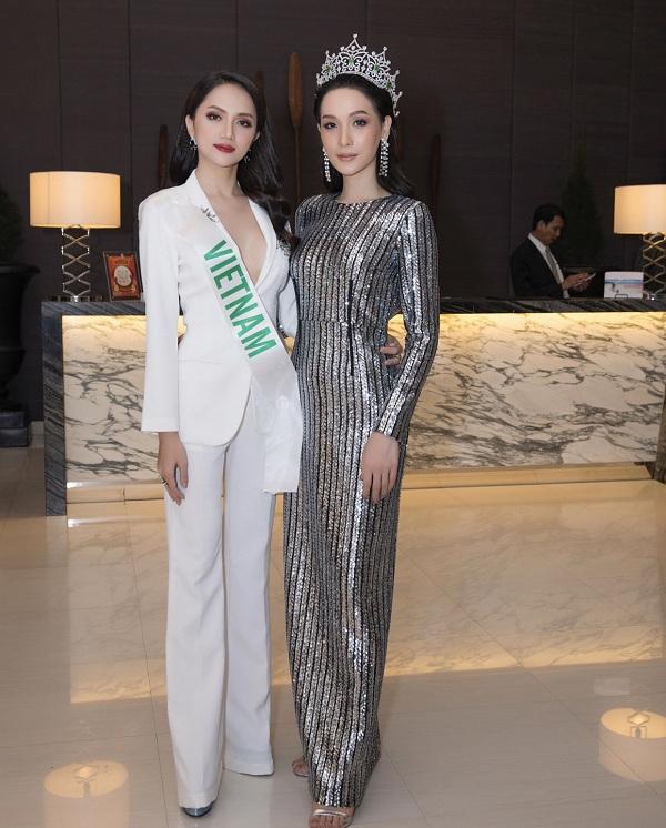 Đọ sắc bên cạnh Miss International Queen 2016- Jiratchaya Sirimongkolnawin, Hương Giang không hề kém cạnh cả về nhan sắc và thần thái.