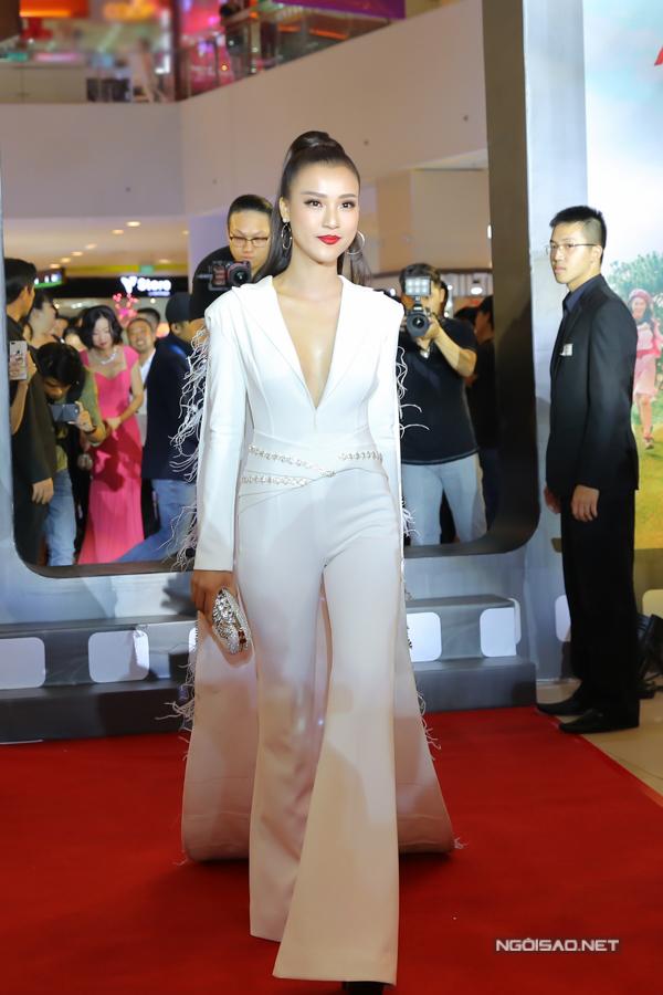 Suit trắng xẻ ngực sâu là trang phục được diễn viên Hoàng Oanh lựa chọn sử dụng khi xuất hiện bên dàn sao của phim Tháng năm rực rỡ.