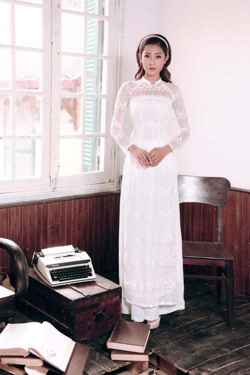 Kiểu áo dài ren tạo dáng cúp ngực ngang giúp cô dâu tôn lên vòng một đầy đặn.