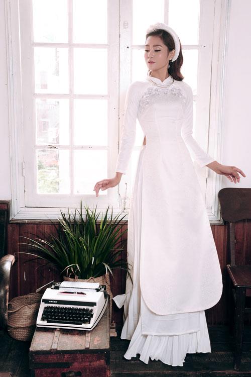 Những cô dâu yêu vẻ đẹp tinh khôi, trong sáng có thể chọn mẫu áo lụa trắng. Kiểu áo tà tròn cũng là một nét mới lạ giúp cô dâu tạo điểm nhấn đặc biệt.