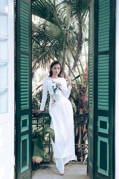 Năm nay, bên cạnh hai màu trắng, đỏ quen thuộc, cô dâu có thể chọn mẫu áo màu pastel dịu nhẹ như áo dài xanh thêu đôi chim uyên ương - biểu tượng của hạnh phúc.