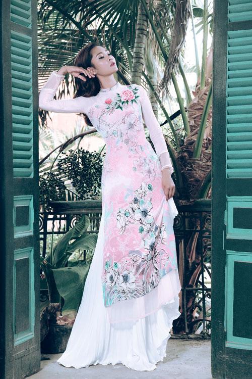 Một gợi ý khác phù hợp với không khí xuân hè là áo dài thêu hoa mẫu đơn.