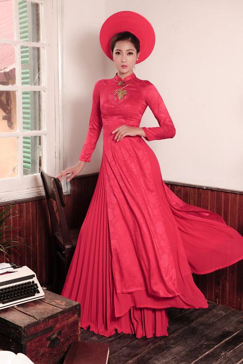 Áo dài lụa, gấm màu đỏ nổi bật, sang trọng và là tone màu thường xuyên được sử dụng trong ngày cưới. Kiểu áo 4 tà so le kết hợp với váy xếp ly dài thướt tha giúp từng bước đi của cô dâu thêm uyển chuyển. Cô dâu nên kết hợp trang sức phong cách cổ điển như kiềng tròn, kiềng kiểu đơn giản khi mặc chiếc áo này.