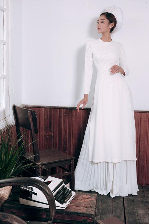 Một mẫu áo dài trắng khá được thêu kết hạt nổi theo phong cách sang trọng, đài các.