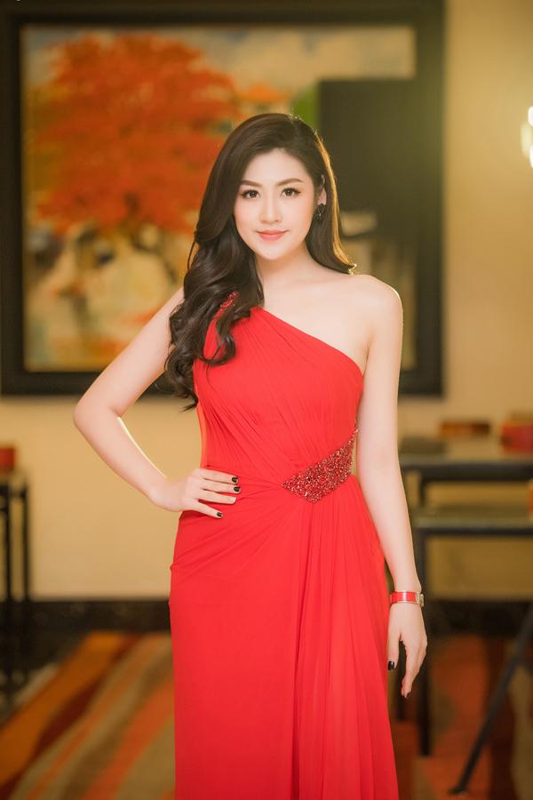 Á hậu Việt Nam 2012 chọn đầm lệch vai, đỏ rực rất nổi bật khi tham dự một sự kiện ở Hà Nội. Người đẹp hoàn thiện phong cách bằng mái tóc xoăn nhẹ và kiểu trang điểm nhẹ nhàng.