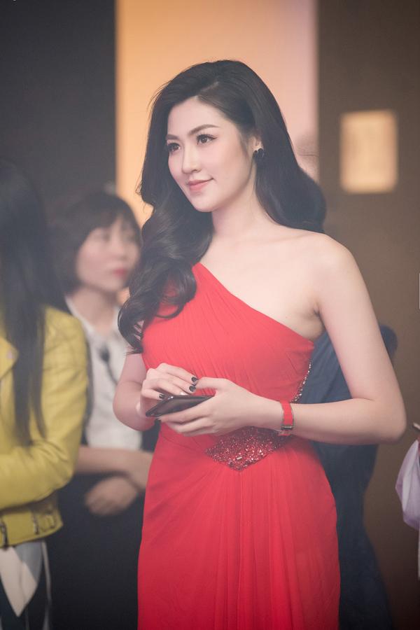 Sau khi tốt nghiệp Học viện Báo chí - Tuyên truyền, Dương Tú Anh theo đuổi công việc dẫn chương trình. Cô hiện là một trong những MC của Trung tâm tin tức VTV24 thuộc Đài truyền hình Việt Nam.Dù bận rộn với công việc dẫn chương trình nhưng Dương Tú Anh vẫn thường xuyên tham gia các sự kiện giải trí.