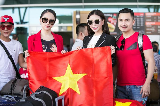 Ngày Hương Giang lên đường sang Thái Lan dự thi, Lam Cúc còn dành thời gian tới sân bay tiễn và dành những lời chúc tốt đẹp, may mắn cho người đẹp chuyển giới.
