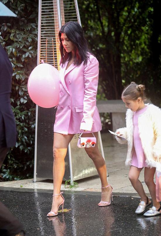 Trước khi đi chơi với bồ trẻ, Kourtney cùng con gái đi dự tiệc baby shower của cô em Khloe Kardashian.