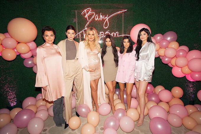 5 chị em gái nổi tiếng nhà Kardashian khoe dáng cùng mẹ.