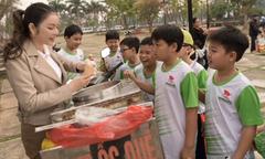Lý Nhã Kỳ tươi cười đứng 'bán' kem cho học sinh ở Bắc Ninh